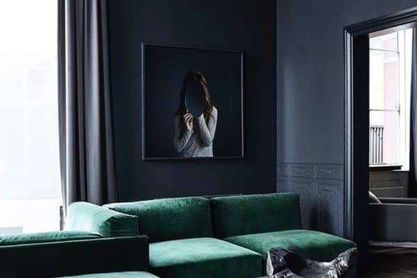 It's not all about the teal walls. These velvet sofas are so stylish. Beautiful 📷 Hege in France