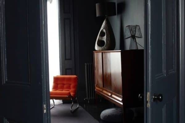 Peeping through into the deliciously dark room with that orange Barcelona chair. Eye popping. 📷 Lombard8