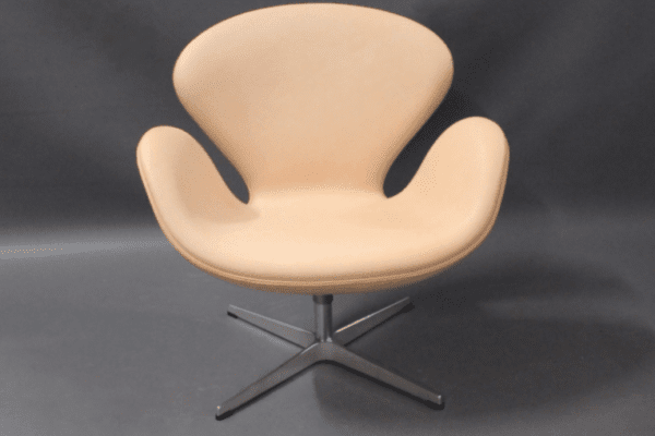 Swan chair, model 3320, by Arne Jacobsen