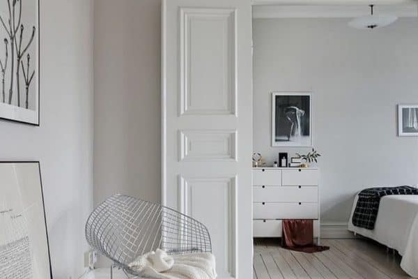 White. Elegant, pure, and so divine. To me when I think of white it's all about Parisian apartments, soft drapes gently blowing in the breeze, glamours and grown up. Swishing around drinking martinis 🍸 📷homedecorskill