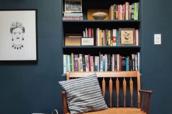 Love the way this bookcase fits flush into the wall. It makes the room have a seamless finish and of course the best bit is the colour of the walls. Our favourite dark and dreamy what a lovely way to create a reading corner. 📷modern findings  Don't forget to pop over to our blog to have a read on how to achieve the perfect dark interior