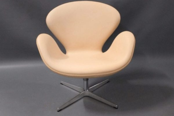 Swan chair, model 3320, by Arne Jacobsen